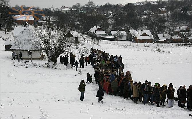 Здалеку - й справді як реальне село у різдвяні свята. Чернівці, державний музей народної архітектури та побуту