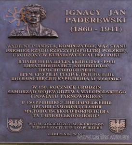 На костелі - меморіальна дошка на честь І.Я.Падеревського
