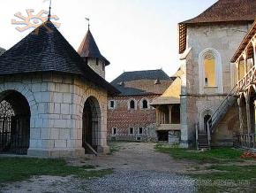 Khotyn castle's courtyard with a deep well